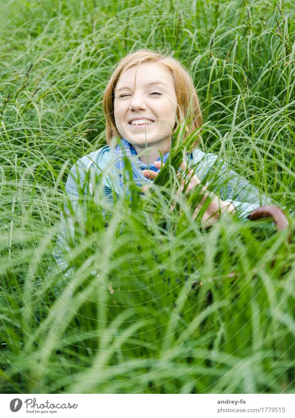Girl in the grass Feminine Young woman Youth (Young adults) Woman Adults Head 1 Human being 8 - 13 years Child Infancy 13 - 18 years 18 - 30 years Adventure