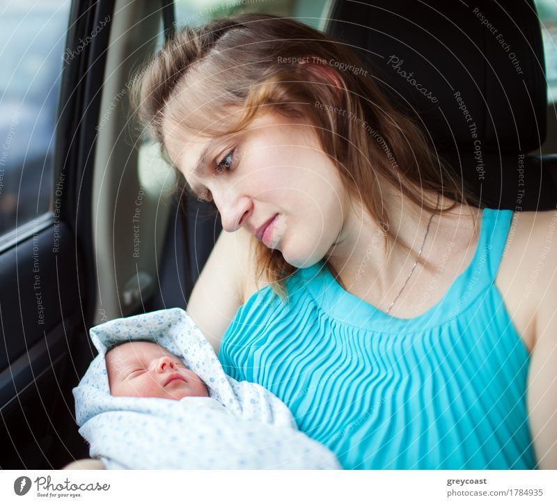 Woman holding newborn baby sitting in the car Child Baby Parents Adults Mother Family & Relations Arm Hand 0 - 12 months 18 - 30 years Youth (Young adults)