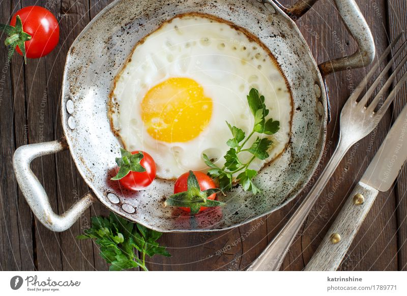Fried egg with tomatoes and herbs Green White Red Fresh Herbs and spices Cooking Vegetable Farm Breakfast Dinner Meal Tomato Rustic Unhealthy Pan Parsley