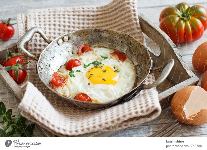 Fried egg with tomatoes and herbs Food Vegetable Nutrition Breakfast Dinner Pan Wood Fragrance Fresh Bright Yellow Green Red Cholesterol Eggshell Frying Meal