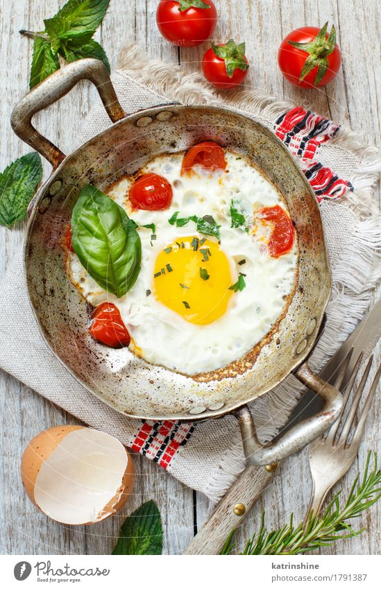 Fried egg with tomatoes and herbs Food Dairy Products Vegetable Breakfast Dinner Pan Wood Fresh Yellow Green Red animal egg Cholesterol Cooking Eggshell Farm