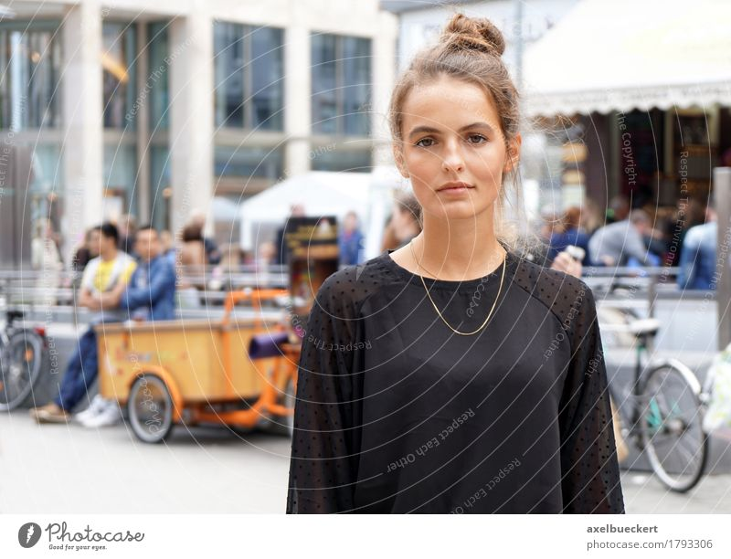 young woman downtown Human being Woman Youth (Young adults) City Young woman 18 - 30 years Adults Street Lifestyle Feminine City life Copy Space Shopping Cool (slang) Downtown Brunette