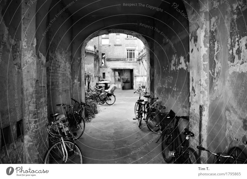 Backyard Berlin Prenzlauer Berg Town Capital city Downtown Old town House (Residential Structure) Senior citizen Living or residing Wheel Bicycle Courtyard
