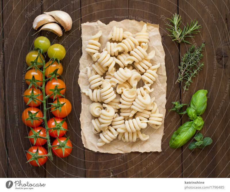 Italian pasta, tomatoes and herbs Green Red Dark Brown Fresh Herbs and spices Vegetable Tradition Baked goods Meal Vegetarian diet Diet Tomato Dough Raw
