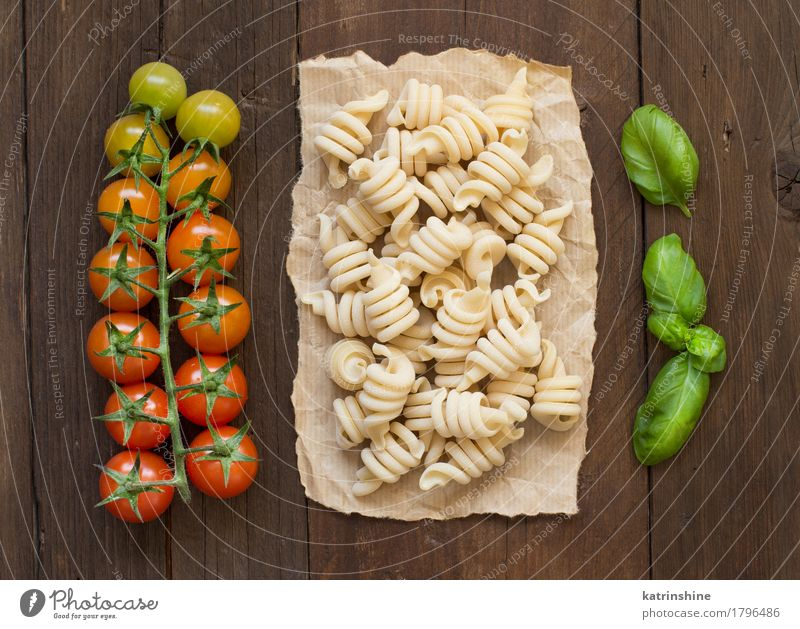 Whole wheat pasta, tomatoes and basil Food Vegetable Dough Baked goods Herbs and spices Vegetarian diet Diet Dark Fresh Brown Green Red Basil Cooking Culinary