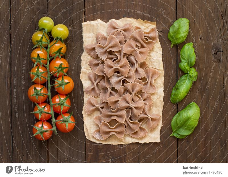 Whole wheat pasta, tomatoes and basil Green Red Dark Brown Fresh Italy Herbs and spices Vegetable Tradition Baked goods Meal Vegetarian diet Diet Tomato Dough