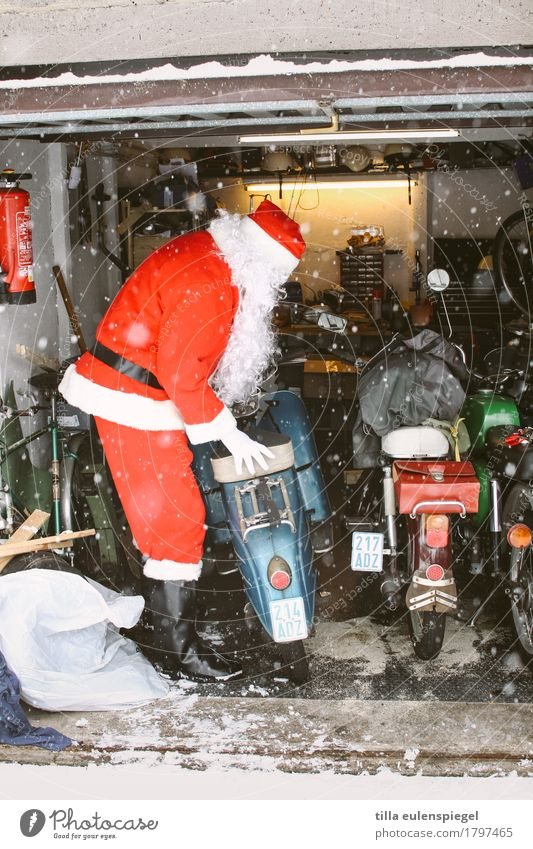 Human being Man Christmas & Advent Red Winter Cold Life Senior citizen Funny Masculine 60 years and older Cool (slang) Male senior Anticipation Santa Claus