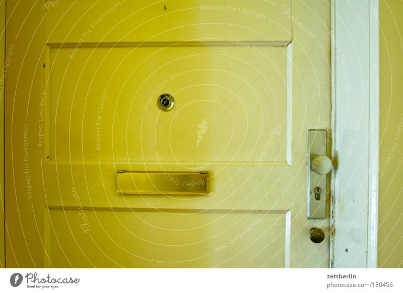 Door Flat (apartment) Living or residing Entrance Lock Hallway Copy Space Mailbox Way out Tenant Neighbor Town house (City: Block of flats) Visitor Landlord Metal fitting Peephole