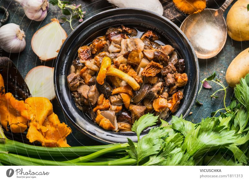 Cooked forest mushrooms Food Vegetable Herbs and spices Cooking oil Nutrition Lunch Dinner Banquet Organic produce Vegetarian diet Slow food Crockery Style