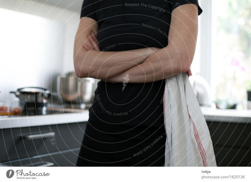 Mother tongue: Tacheles Lifestyle Living or residing Kitchen Housewife Woman Adults Body Arm 1 Human being 30 - 45 years Dish towel Stand Wait Emotions
