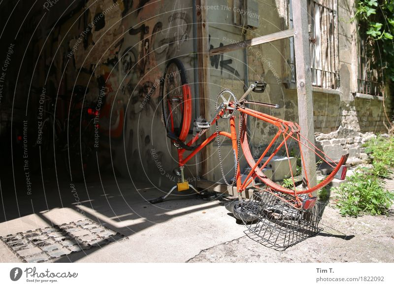 wheel change Lifestyle Leisure and hobbies Cycling Berlin Prenzlauer Berg House (Residential Structure) Bicycle Colour photo Exterior shot Deserted Day