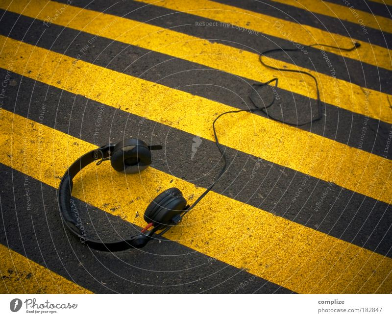 Yellow Street Music Dance event Stripe Cable Listening Headphones Bans Street art Entertainment Loud Electronic Techno Going out Pop music