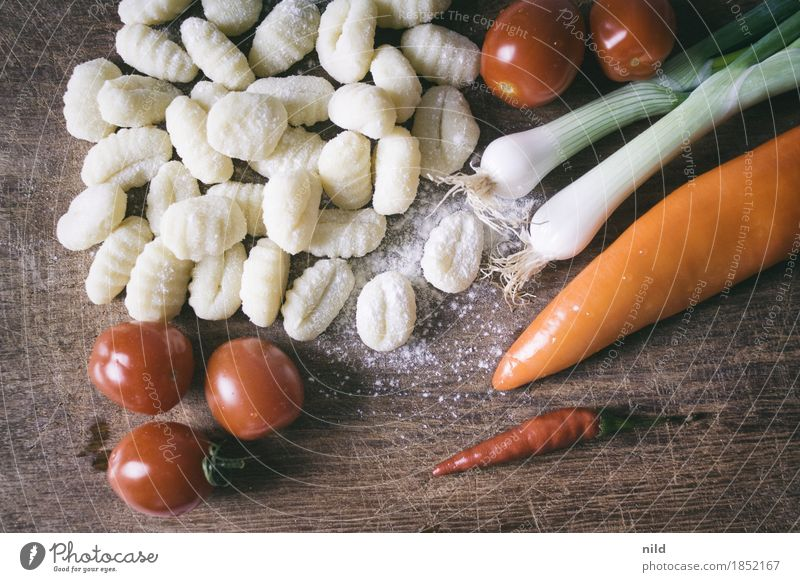 Gnocchi 1 Food Tomato Early onion Nutrition Dinner Organic produce Vegetarian diet Italian Food Chopping board Eating To enjoy Healthy Delicious Food photograph