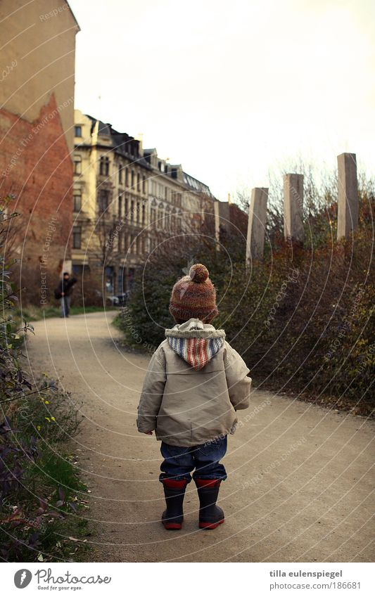 Human being Child City House (Residential Structure) Autumn Playing Infancy Leisure and hobbies Wait Masculine Stand To go for a walk Observe Toddler Jacket Cap