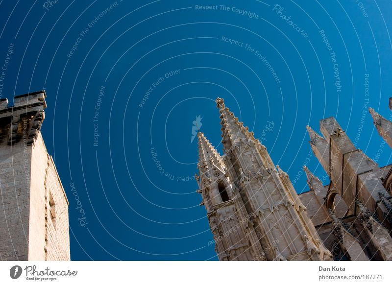 Great. Cathedral. Palma de Majorca Capital city Old town Church Dome Building Architecture Wall (barrier) Wall (building) Tourist Attraction Landmark