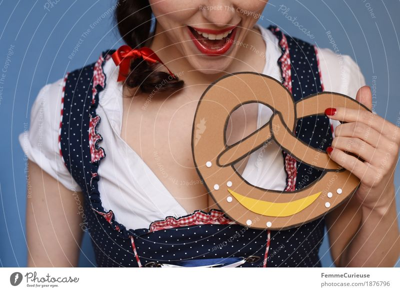 O'zapft is! (05) Feminine Young woman Youth (Young adults) Woman Adults 1 Human being 18 - 30 years 30 - 45 years Joy Pretzel Baked goods Salt Eating