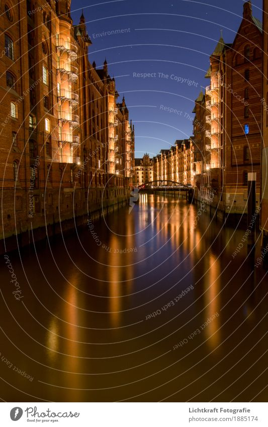 wall-framed fleet Water Night sky Port City Downtown Old town Bridge Architecture Wall (barrier) Wall (building) Facade Balcony Tourist Attraction Monument