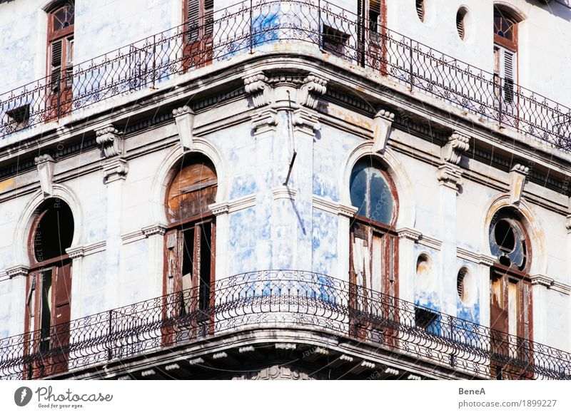House façade with balcony from colonial times in Havana, Cuba Facade Old Poverty Historic Town Decline Transience Vintage Architecture Balcony Building
