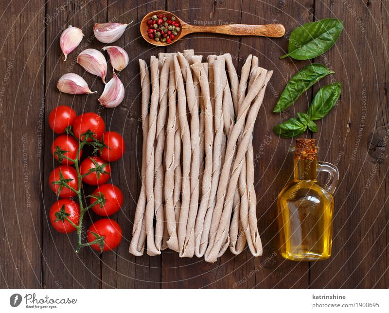 Whole wheat pasta, vegetables, herbs and olive oil Green Red Leaf Dark Brown Fresh Table Herbs and spices Vegetable Tradition Baked goods Bottle Meal Vegetarian diet Diet Tomato