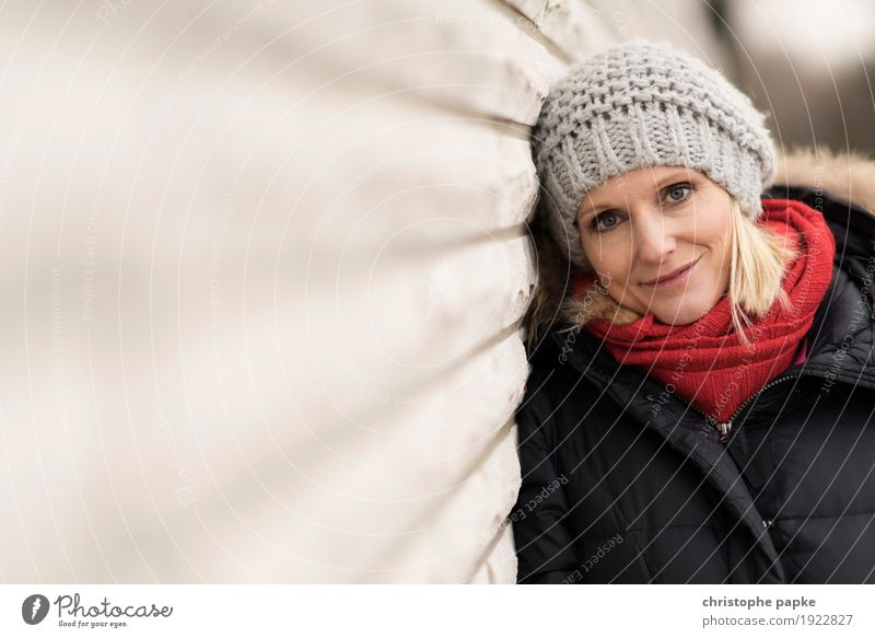 Red bowl / Grey cap Young woman Youth (Young adults) Woman Adults Face 1 Human being 30 - 45 years Wall (barrier) Wall (building) Coat Scarf Cap Blonde Smiling