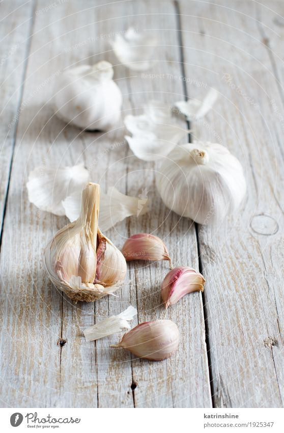 Organic garlic on the old wooden table Old White Gray Fresh Table Herbs and spices Vegetable Decline Meal Vegetarian diet Raw Onion Garlic Clove