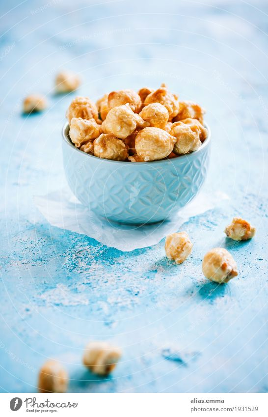 Salted caramel popcorn Popcorn Caramel Salty Candy Maize Nibbles Crisp Healthy Eating Dish Food photograph Sugar Nutrition Blue Yellow Sweet Bowl Delicious
