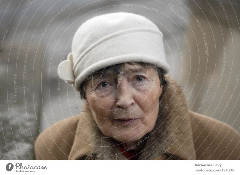 Grandma looks at nach´m right Woman Adults Female senior Grandmother Senior citizen 1 Human being 60 years and older Clothing Coat Pelt Hat Cap Black-haired