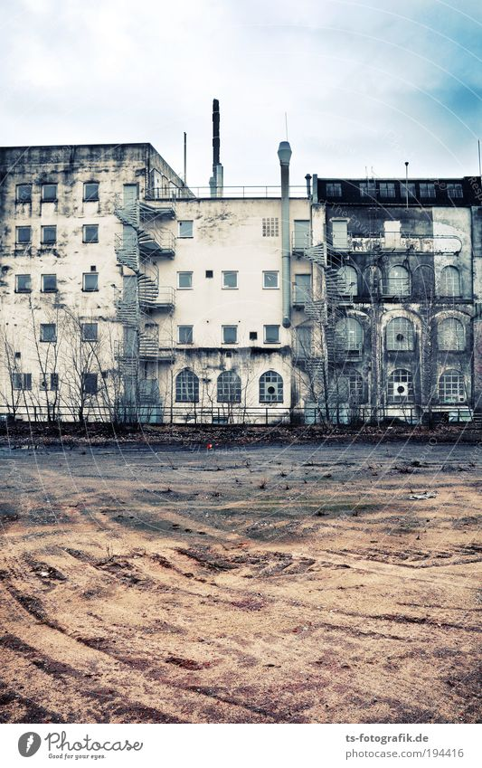 Sky City House (Residential Structure) Clouds Dark Wall (building) Window Wall (barrier) Sand Dirty Facade Stairs Broken Living or residing Transience Decline