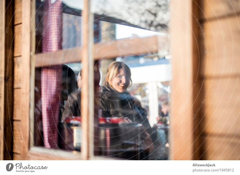 Budenzauber II Mulled wine Winter Feminine Young woman Youth (Young adults) Woman Adults 1 Human being 18 - 30 years Friendliness Happiness Window Wooden hut