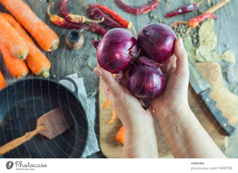 emale hands holding three red onions Human being Youth (Young adults) Old Young woman Hand Red 18 - 30 years Adults Eating Wood Food Gray Brown Orange Metal
