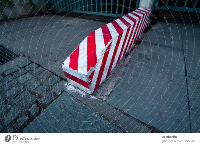 Red/White Bollard Highway ramp (entrance) Border Signs and labeling Traffic lane Lane markings Sidewalk Stumble Colour Dye Fresh Painting (action, work)
