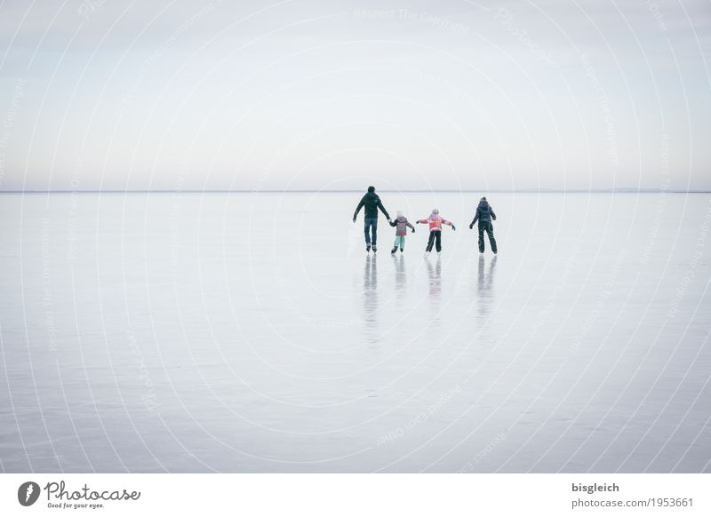 Human being Sky Blue Joy Sports Family & Relations Gray Lake Horizon Leisure and hobbies Ice Idyll Frost Athletic Ice-skating Family outing