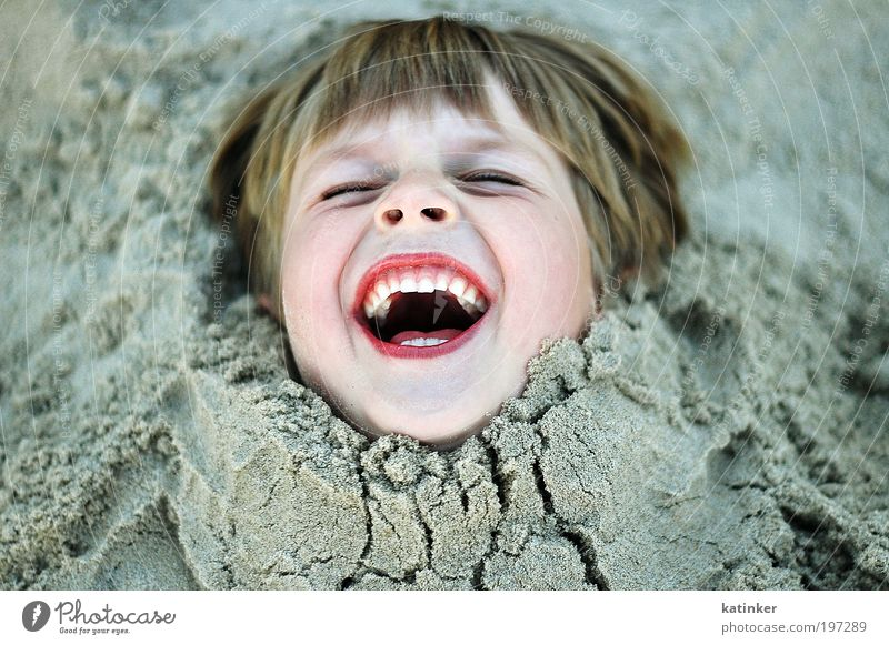 stuck in the middle Joy Happy Life Well-being Contentment Leisure and hobbies Summer Beach Ocean Child Schoolchild Human being Masculine Boy (child) Infancy
