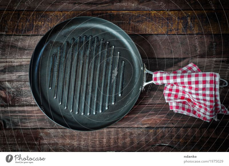 empty pan grill on a wooden surface Crockery Pan Design Table Kitchen Cook Cloth Wood Metal Above Clean Brown Black tableware Tablecloth Vantage point iron