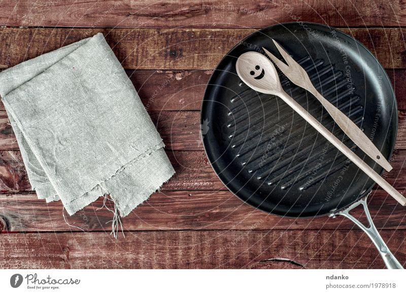 Grill pan and wooden kitchenware on a brown wooden surface Old Black Dish Wood Brown Above Metal Vantage point Table Clean Kitchen Cloth Restaurant Crockery Steel Top