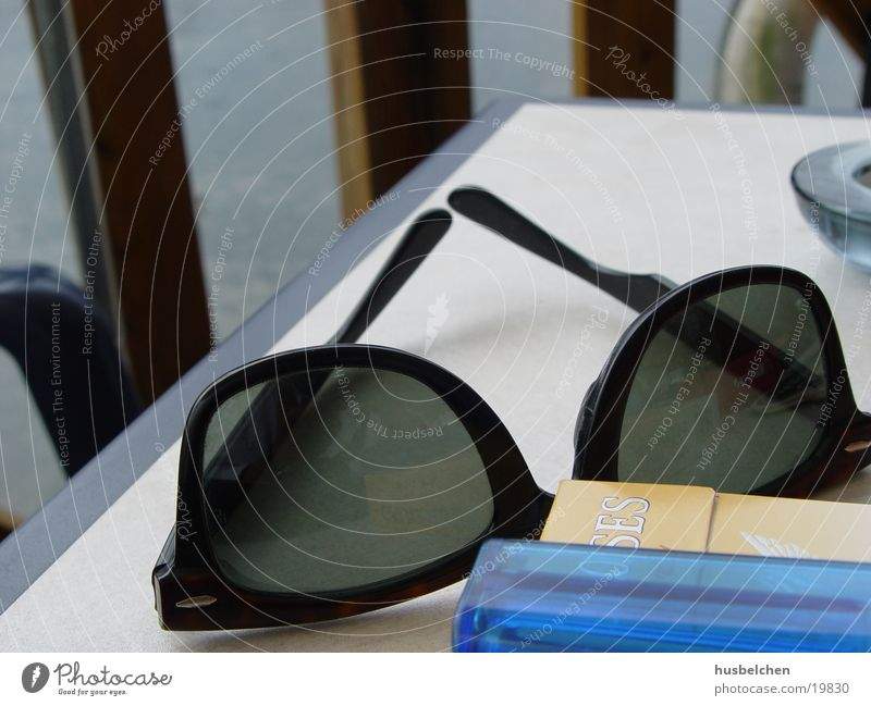 Water Table Eyeglasses Leisure and hobbies Café Cigarette Sunglasses Lighter Summer's day Ray Ban