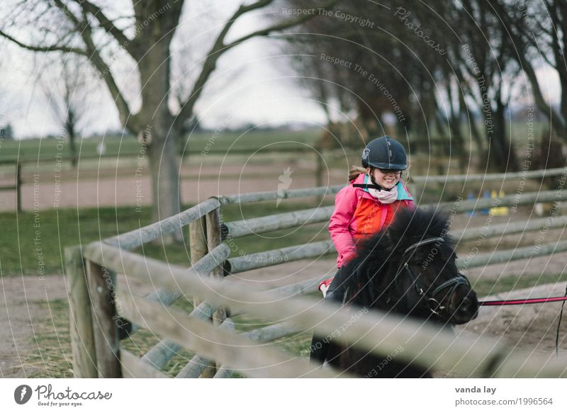 riding course Leisure and hobbies Ride Parenting Education Riding school Child Girl 1 Human being 3 - 8 years Infancy 8 - 13 years Helmet riding helmet Animal