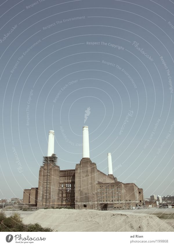 Sky Old Architecture Facade Energy industry Industry Manmade structures Factory Historic Landmark Ruin London Chimney Tourist Attraction Industrial plant
