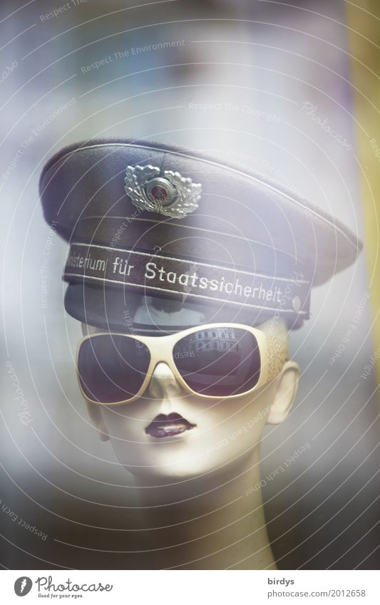 Stasiluder Ministry for Internal Security Feminine Young woman Youth (Young adults) Head 1 Human being 18 - 30 years Adults 30 - 45 years Sunglasses Hat