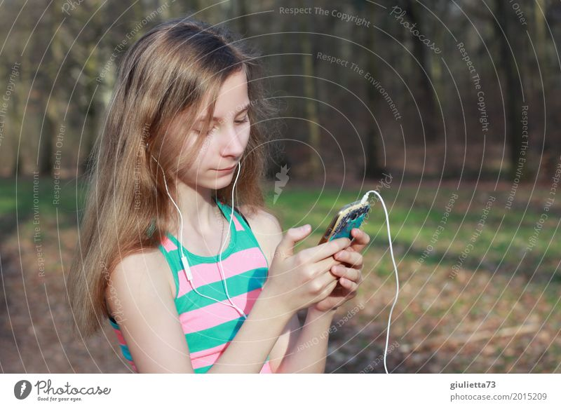 Music on - World off! Leisure and hobbies Feminine Child Girl Young woman Youth (Young adults) Life 1 Human being 8 - 13 years Infancy Listen to music Media