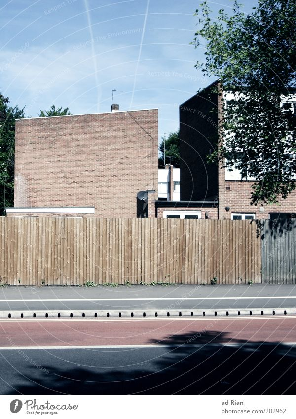 Hotel Yorba Flat (apartment) England Town House (Residential Structure) Building Wall (barrier) Wall (building) Facade Satellite dish Fence Street