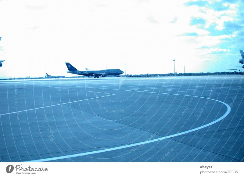 farsightedness Aviation discovered: in shanghai taxiway at the airport -_-_-_-_-_-_-_-_-_-_-_ nikon coolpix 995 www.engwicht.com/fotos www.projektlounge.de