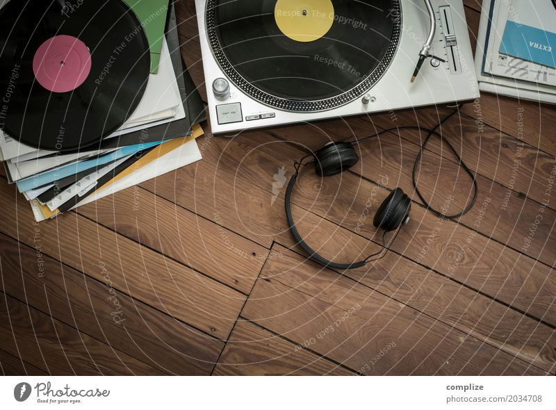 listen to records Lifestyle Joy Leisure and hobbies Living or residing Flat (apartment) Living room Night life Party Music Club Disco Lounge Disc jockey