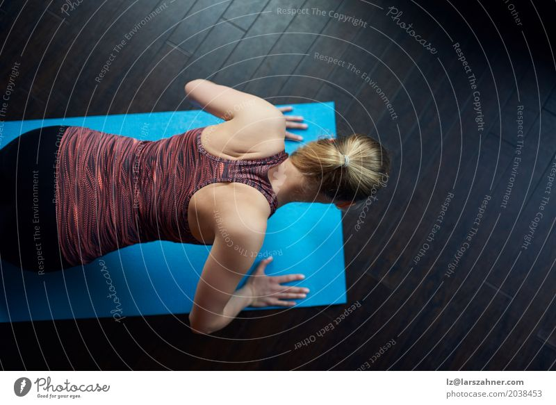 Fit young woman doing press-ups Lifestyle Leisure and hobbies Sports Woman Adults 1 Human being 18 - 30 years Youth (Young adults) Fitness Athletic Above fit