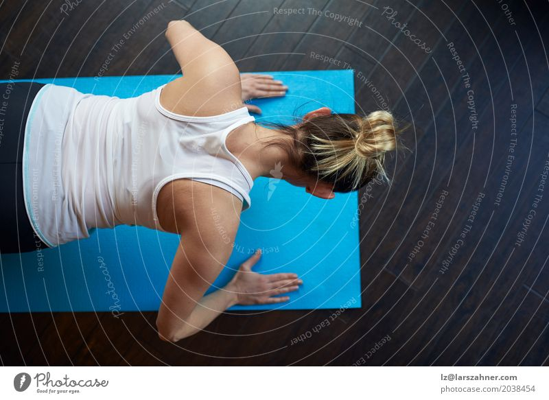 Fit middle-aged woman doing press-ups Lifestyle Leisure and hobbies Sports Woman Adults 1 Human being 30 - 45 years Fitness Athletic Above fit Action