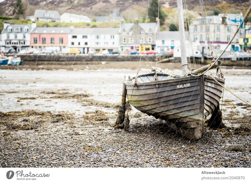 Boat at low tide tarred Scotland Fishing village Port City Navigation Sailboat Watercraft Harbour Dirty Maritime Brown Loneliness Serene Stagnating Drop anchor