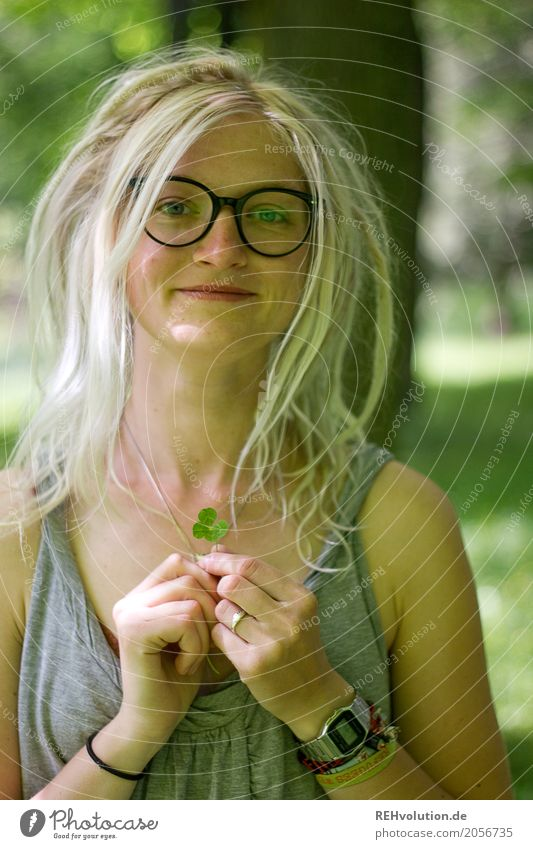 Jule | 4-leaf cloverleaf Human being Young woman Youth (Young adults) Woman Adults Hair and hairstyles Face 1 18 - 30 years Nature Tree Garden Park Eyeglasses