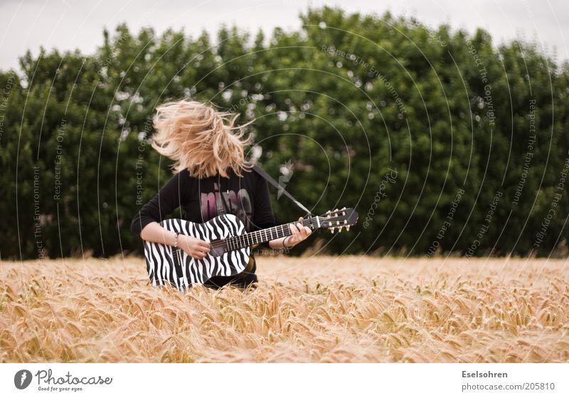 rock Joy Guitarist Play guitar Human being Young woman Youth (Young adults) Hair and hairstyles 1 Music Summer Agricultural crop Field Blonde Movement