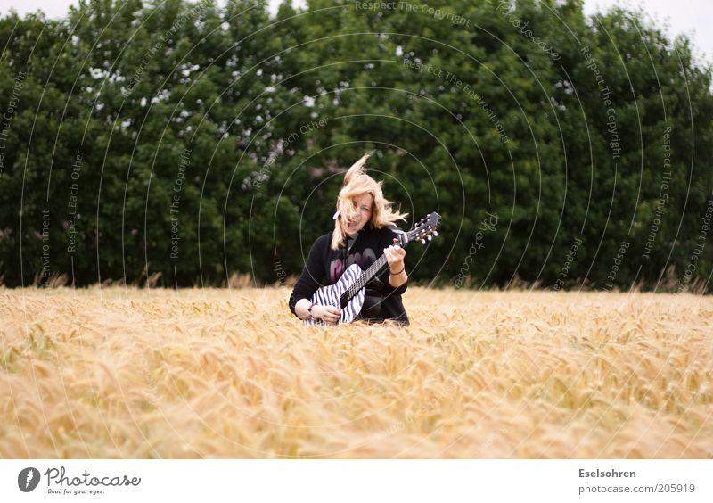 .... Guitar Guitarist Play guitar Human being Young woman Youth (Young adults) 1 18 - 30 years Adults Music Musician Agricultural crop Field Blonde Movement