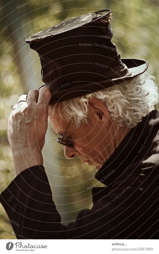 Say goodbye quietly servus Man White-haired Cylinder Goodbye Meditative Sadness Lifestyle Entertainment Going out Human being Masculine Senior citizen Head